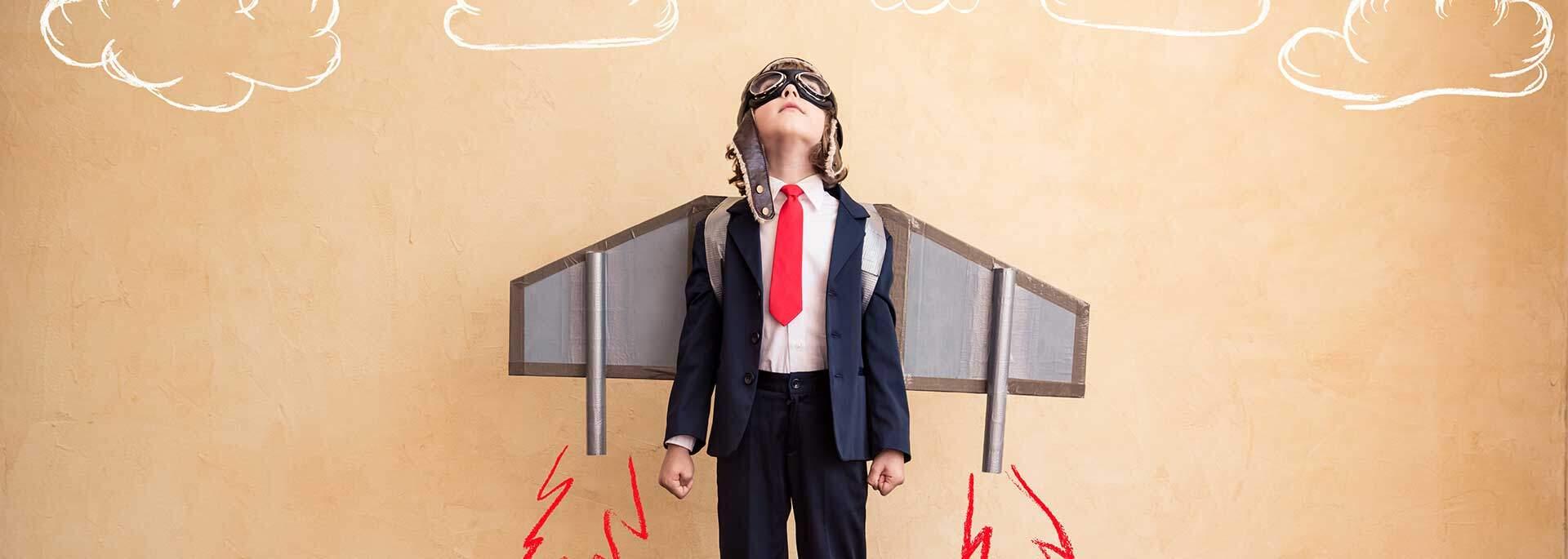 Junge mit Fluganzug sieht nach oben
