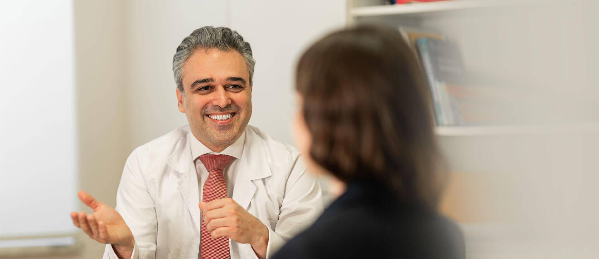 Dr. Fattahi im Gespräch mit Patientin