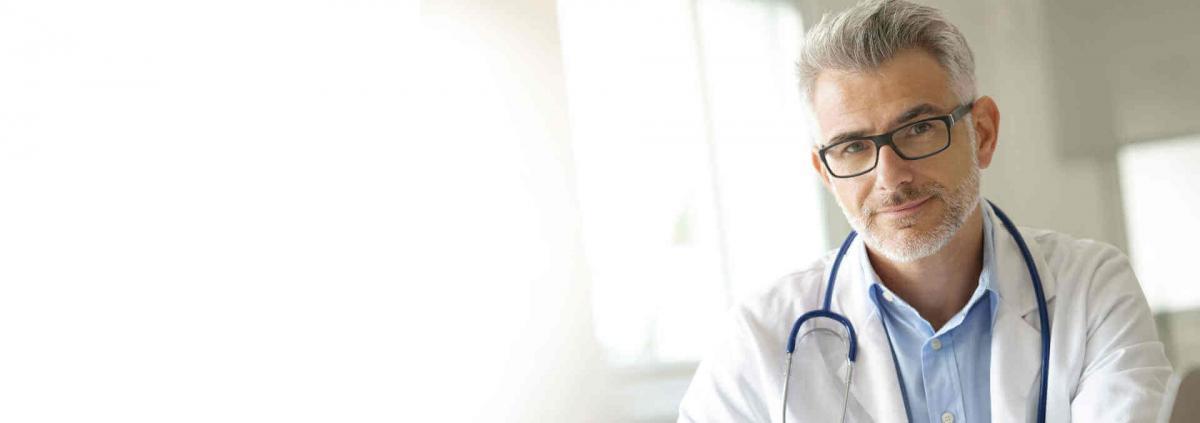 Arzt sieht zu Betrachter