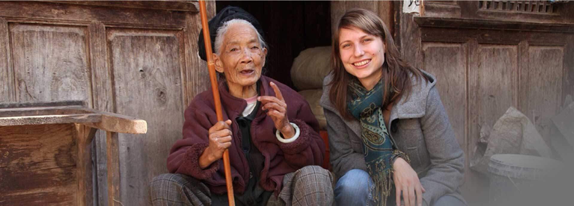 KIMDESIGN Mitarbeiter neben älterer Chinesin