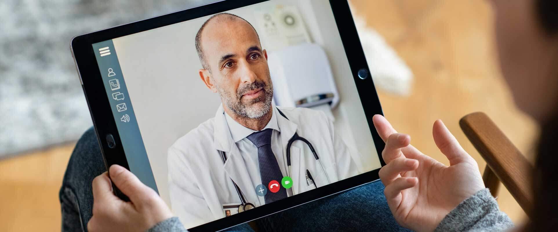 Doktor bei der Videosprechstunde